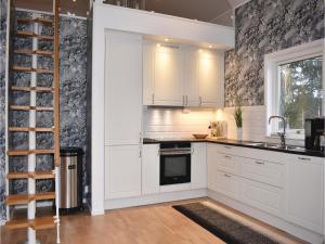 Ett kök eller pentry på Three-Bedroom Holiday Home in Sankt Anna