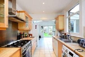 A kitchen or kitchenette at 27 Wiseton Road