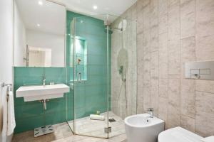 A bathroom at Charming 2 Bedroom Flat with Garden in Finsbury Park