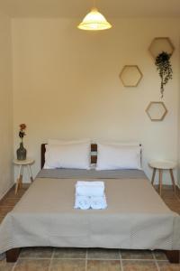 Ένα ή περισσότερα κρεβάτια σε δωμάτιο στο Villa Maraki