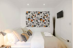 A bed or beds in a room at The Camden Town Hideaway w/WIFI