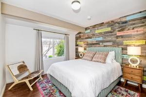 A bed or beds in a room at Professionally Designed 5 Bedroom Gem