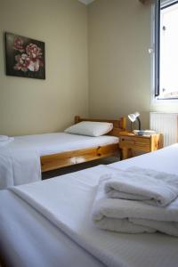 A bed or beds in a room at Kantouni Apartments