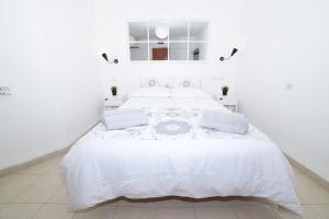 Ein Bett oder Betten in einem Zimmer der Unterkunft Hamedouraguim Tiberias