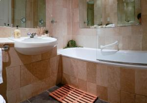A bathroom at Luxurious and spacious 2 bed & 2 bath apartment in Westminster
