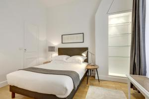 A bed or beds in a room at Paris Appartements Services - Les Appartements du Louvre