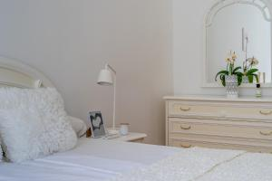 A bed or beds in a room at Diamond Residence - Golden Hands