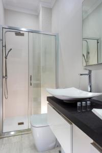 A bathroom at Apartamentos Adriano