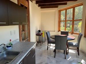A kitchen or kitchenette at Bungalow al Pie de la Montaña