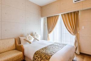 名護市金城先生公寓酒店房間的床
