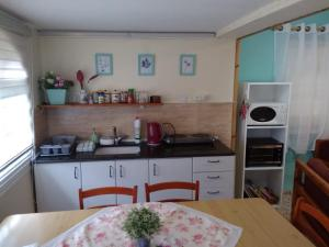 A kitchen or kitchenette at Jordan Valley Vacation Apartment