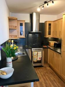 A kitchen or kitchenette at Rose Cottage, Fishertown