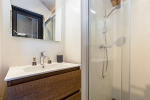 A bathroom at Chalet Lupin