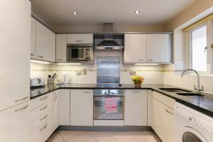 A kitchen or kitchenette at Paddington Polka Apartments
