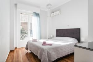 A bed or beds in a room at Beautiful Apartment at Plaka