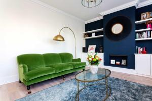 A seating area at Veeve - Wimbledon Greens