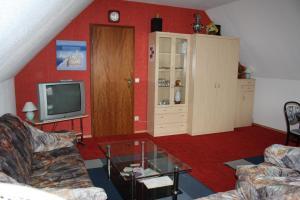 Uma televisão e/ou sistema de entretenimento em Ferienwohnung Neumann