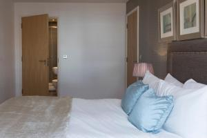 A bed or beds in a room at Exclusive Tower Bridge Apartment