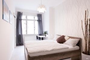 Кровать или кровати в номере Family Apartment Čkalova