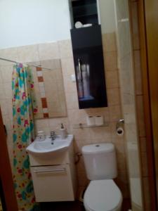 A bathroom at Ano Ladadika