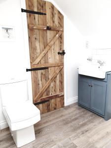 A bathroom at Aquila Cottage