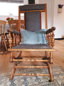 A seating area at Aquila Cottage