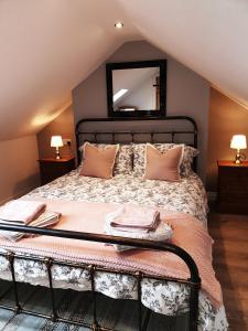 A bed or beds in a room at Aquila Cottage
