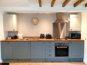 A kitchen or kitchenette at Aquila Cottage