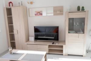 Una televisión o centro de entretenimiento en Central Apartment Near Martianez Beach with Balcony