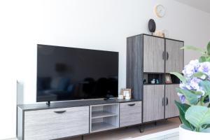 A television and/or entertainment center at Pelicanstay walk to Diamond District