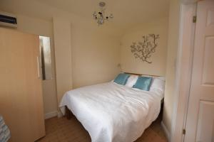 A bed or beds in a room at Little Rushbrook Cottages
