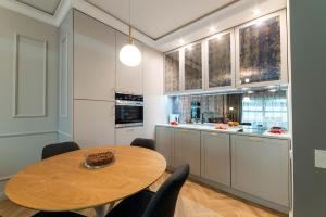 A kitchen or kitchenette at Mennica Central Apartments