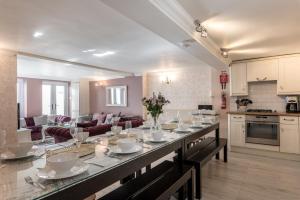 Ein Restaurant oder anderes Speiselokal in der Unterkunft Little Paris