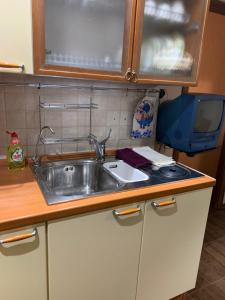 A kitchen or kitchenette at однокомнатная квартира