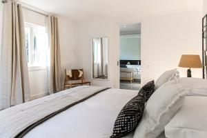 A bed or beds in a room at Quinta dos Mouros