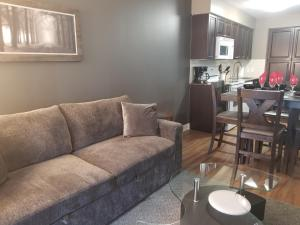 A seating area at Furnished Apartment Near Square One by Canvas