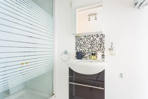 A bathroom at CMG Louvre/ Palais Royal