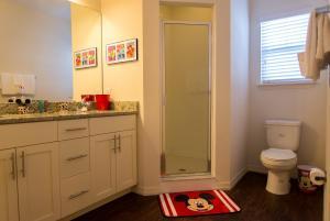 Salle de bains dans l'établissement Kissimmee by 7th Heaven Vacation