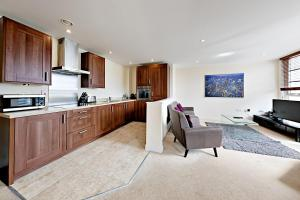 A kitchen or kitchenette at Flexi-Lets@Wallis Square, Farnborough