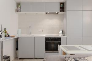 A kitchen or kitchenette at Modern 1 Bedroom Apartment in Notting Hill