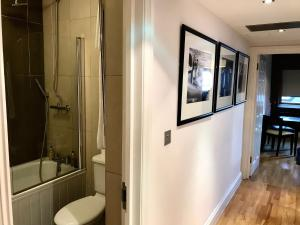 A bathroom at Maitrise Suites Apartment Hotel Ealing – London