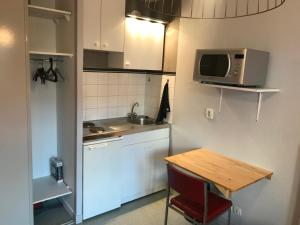 A kitchen or kitchenette at Studio Vinci- Parking Privé