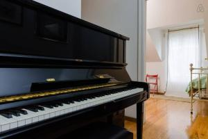 A television and/or entertainment centre at HIntown Charming Villa