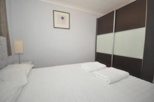 A bed or beds in a room at Netley Apartment