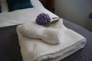 A bed or beds in a room at Self-contained modern double bedroom in Kirriemuir