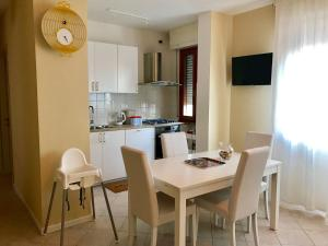 A kitchen or kitchenette at La Coccinella Apartment