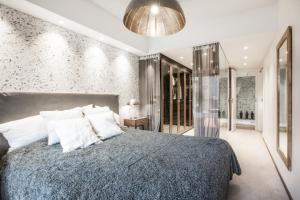 Tempat tidur dalam kamar di Luxury Residence 72m2 - Mikonkatu 25