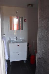 A bathroom at Le Vaumurier de Saint Lambert