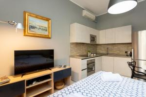 A kitchen or kitchenette at Cozy studio apartment in Milan Downtown