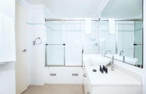 A bathroom at DD Apartments on Kent Street